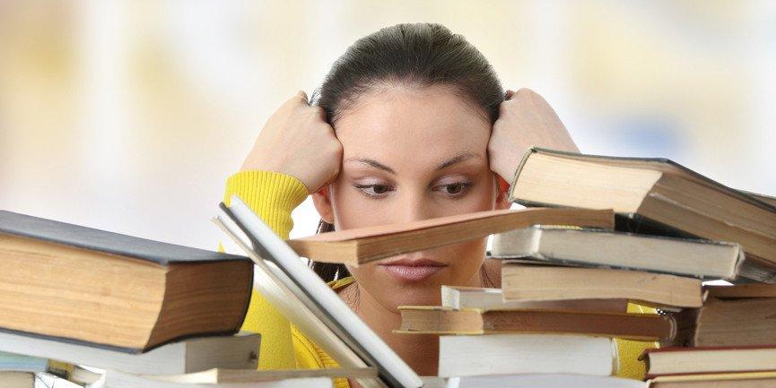 Estudante encarando livros