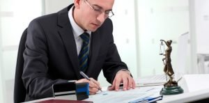 Advogado-elaborando-peças-processuais