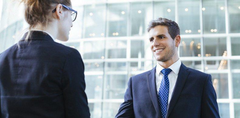 profissionais satisfeitos fechando negócio