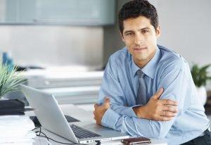 jovem profissional sentado em seu escritório